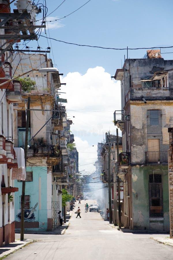 Vieux balcons et façades ruinés sur la rue au centre historique de La Havane, Cuba photos stock
