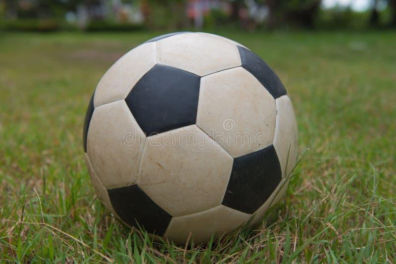Vieux ballon de football traditionnel sur l'herbe verte le football, fond photos stock