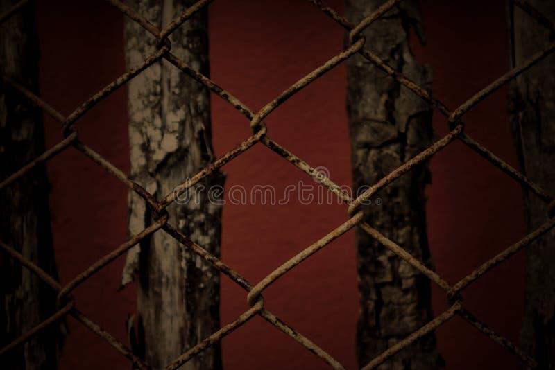 Vieux balustrade toujours de la vie et fond rouillés en bois dans la couleur foncée photographie stock