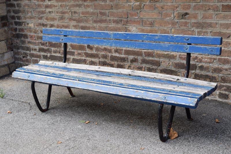 Vieux banc bleu en parc photos stock