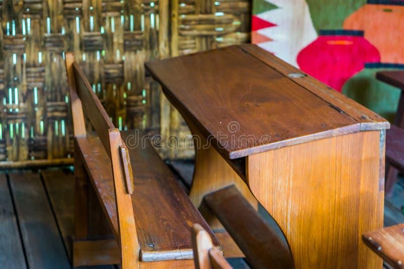 Vieux banc en bois d'école dans une salle de classe, meubles d'éducation du tiers monde photographie stock libre de droits