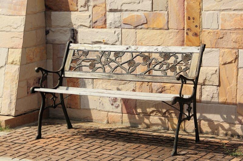 Vieux banc en bois et en métal images libres de droits