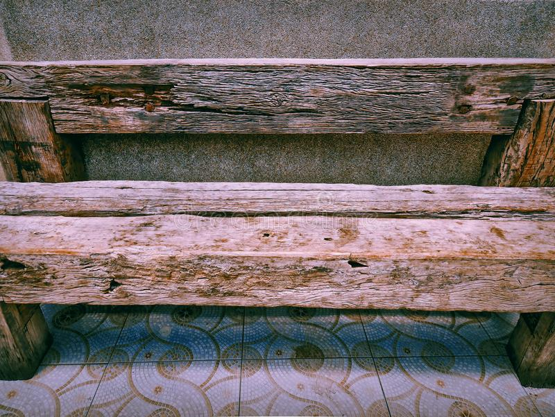 Vieux banc en bois sale de planche de plein cadre photos stock