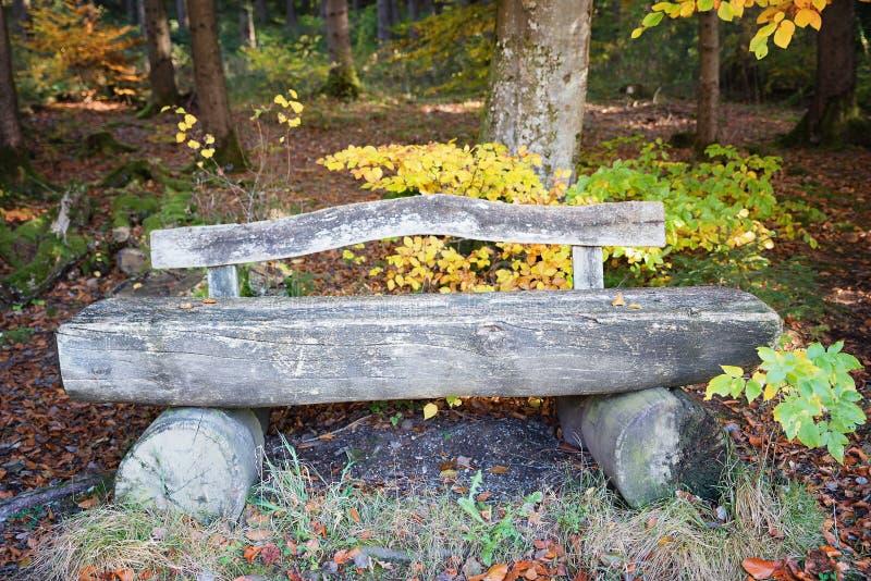 Vieux banc en bois superficiel par les agents photos libres de droits