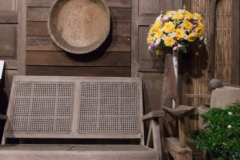 vieux banc en osier près du mur en bois de la rétro maison antique à proche images stock