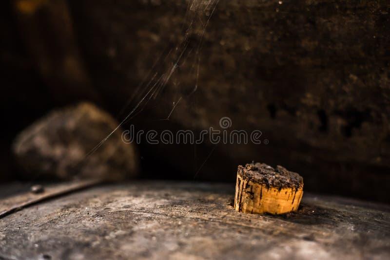 Vieux baril avec la toile d'araignée image stock