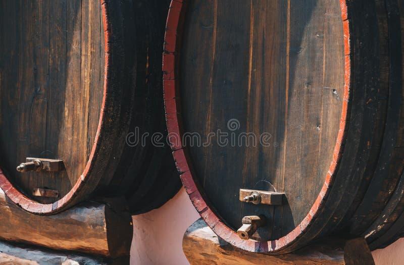 Vieux baril de vin dans un jour ensoleillé images libres de droits