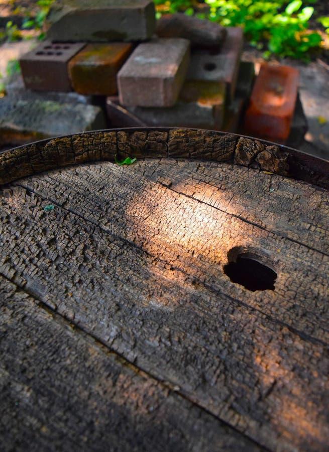 vieux baril en bois superficiel par les agents avec la texture crépitée photographie stock