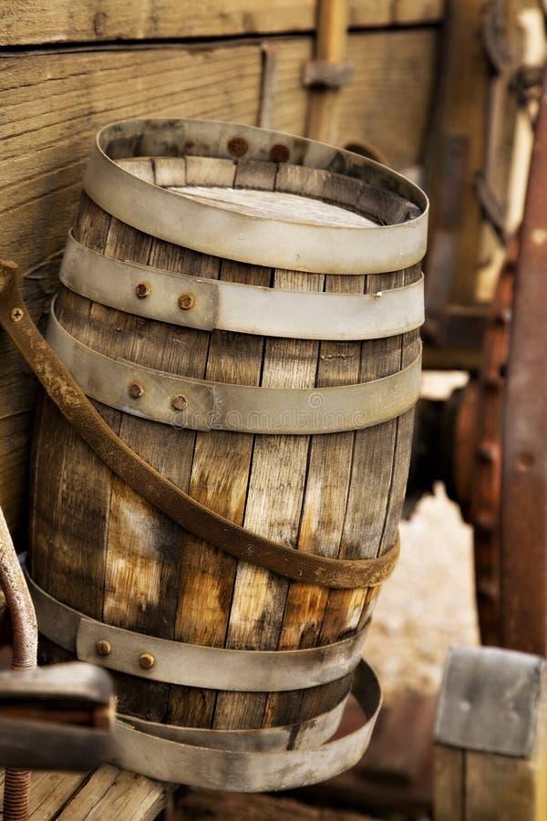 Vieux baril en bois sur un chariot image stock