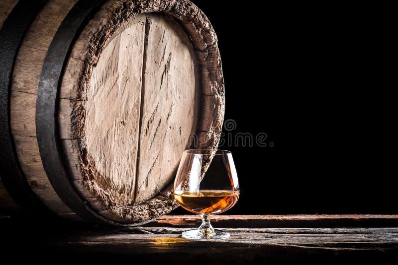 Vieux baril et un verre de cognac photos stock