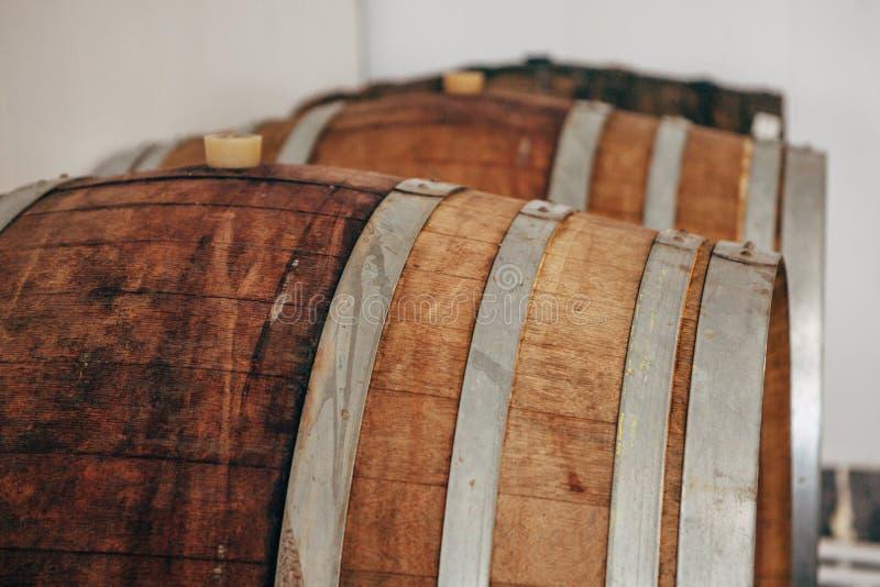 Vieux barils de vin en bois avec des cercles de fer photos libres de droits