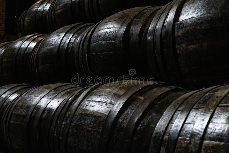 Vieux barils en bois pour le whiskey ou le vin photo stock
