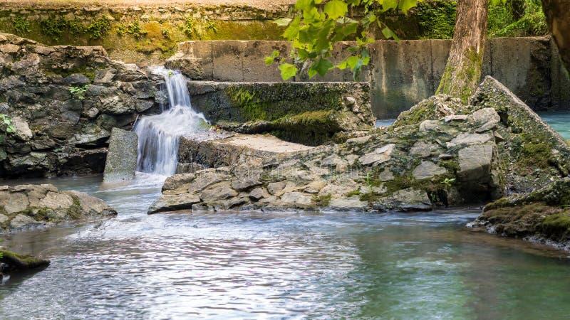 Vieux barrage au coucher du soleil images stock