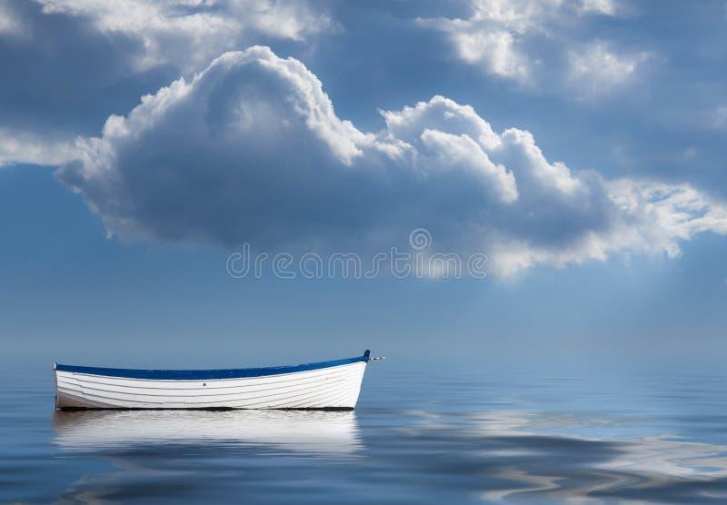 Vieux bateau à rames abandonné en mer photographie stock