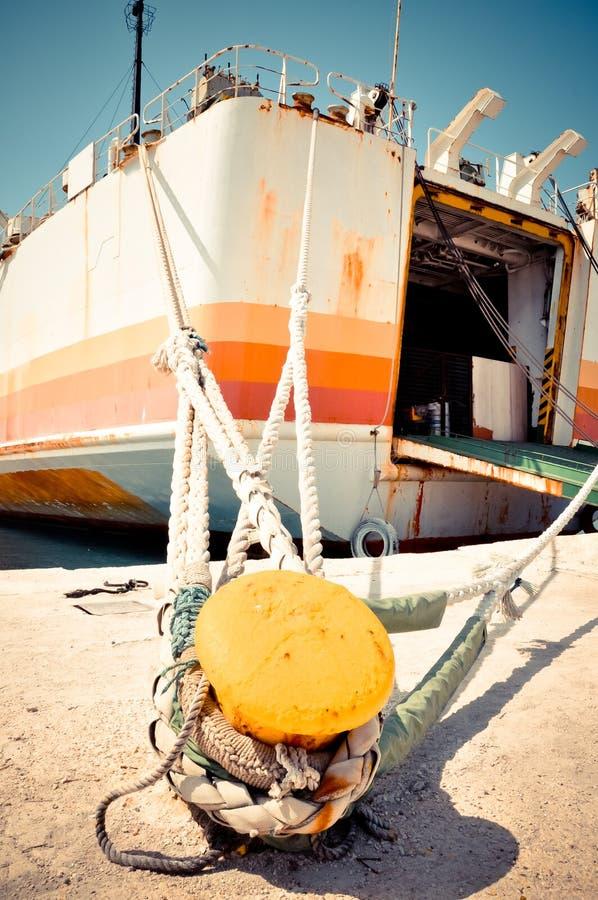 Vieux bateau amarré au poteau d'amarrage image stock