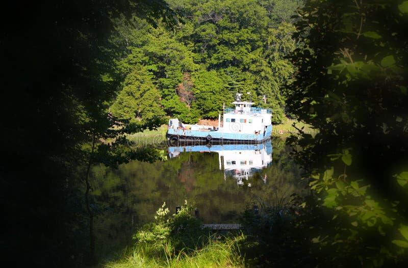 Vieux bateau au milieu de rivière image libre de droits