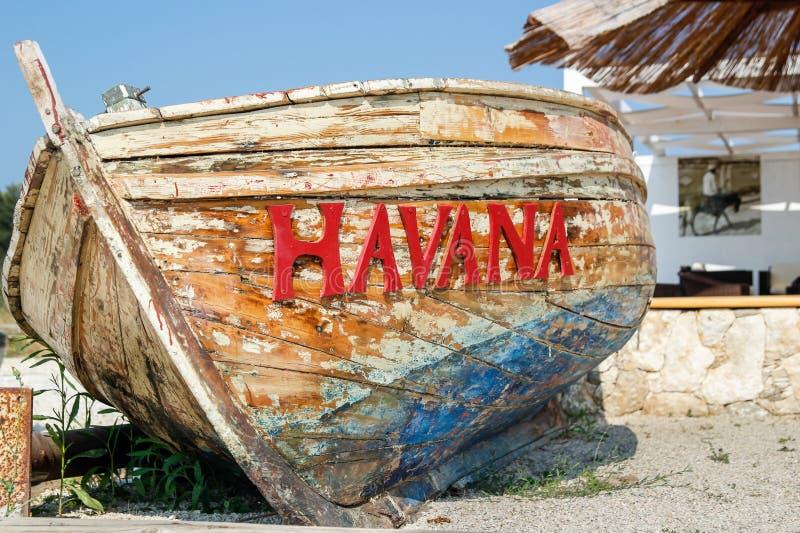 Vieux bateau battu sur la plage image stock