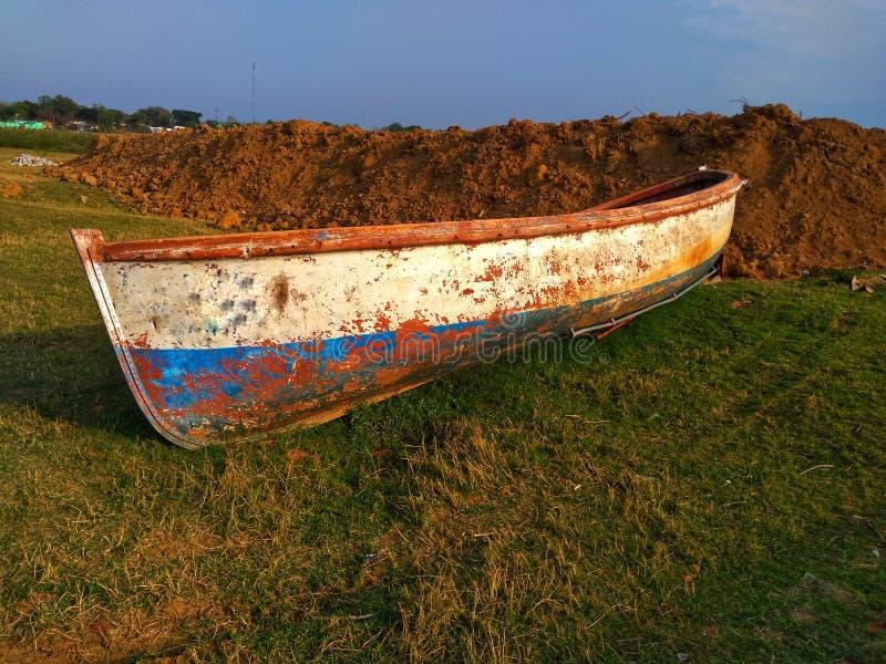 Vieux bateau cassé sur l'herbe images libres de droits