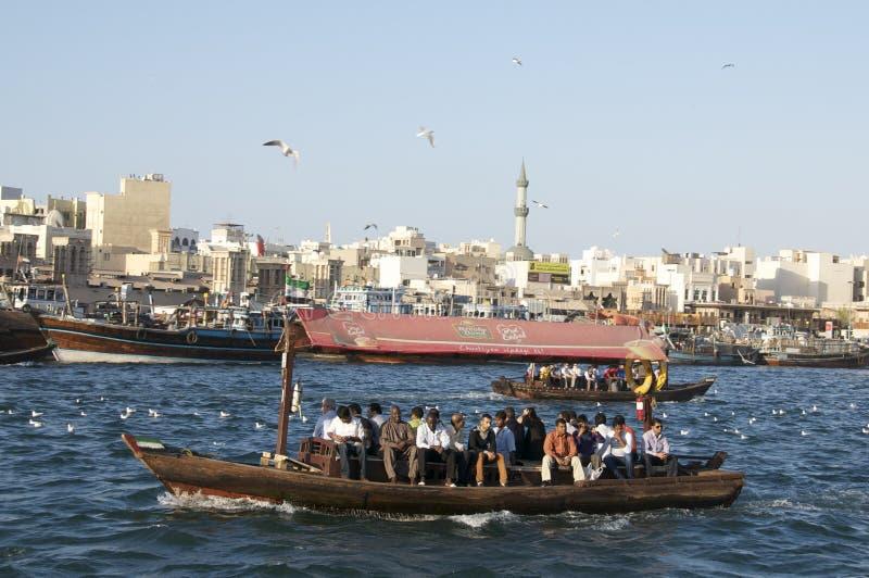 Vieux bateau croisant le Dubai Creek photo libre de droits