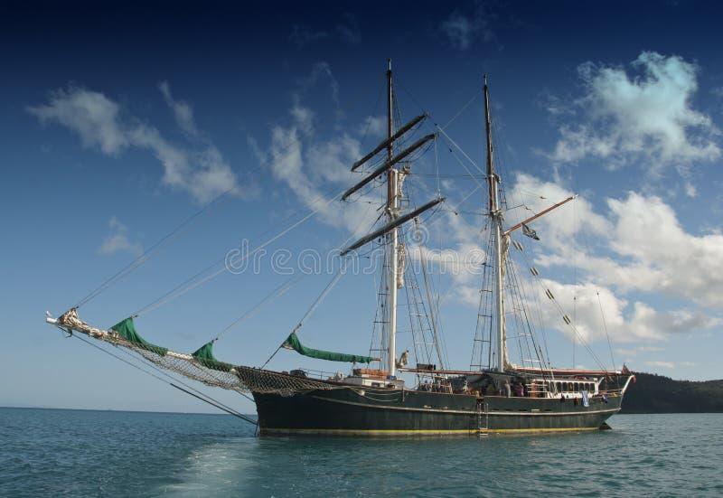 Vieux bateau de croisière dans le Whitsunday Islandsi images stock
