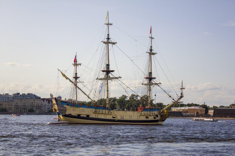 Vieux bateau de navigation militaire russe Poltava au défilé dans le St Petersbourg dans Neva River photos libres de droits