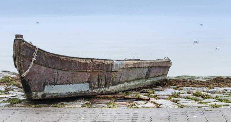 Vieux bateau de pêche à la mer baltique photo stock
