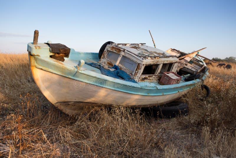 Download Vieux bateau de pêche image stock. Image du herbe, cassé - 56480403