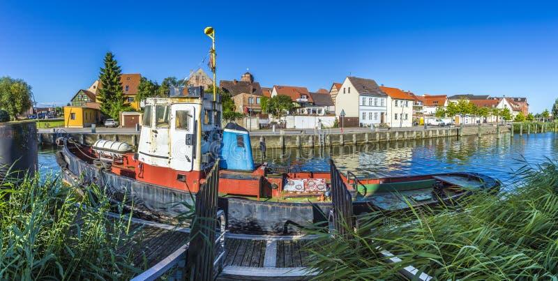 Vieux bateau de pêche au port dans Wolgast, photos stock