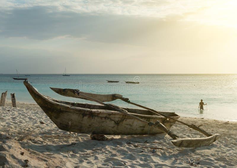 Vieux bateau de pêche en bois sur la plage de Zanzibar image libre de droits