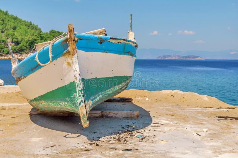 Vieux bateau de pêche minable en bois bleu photos stock