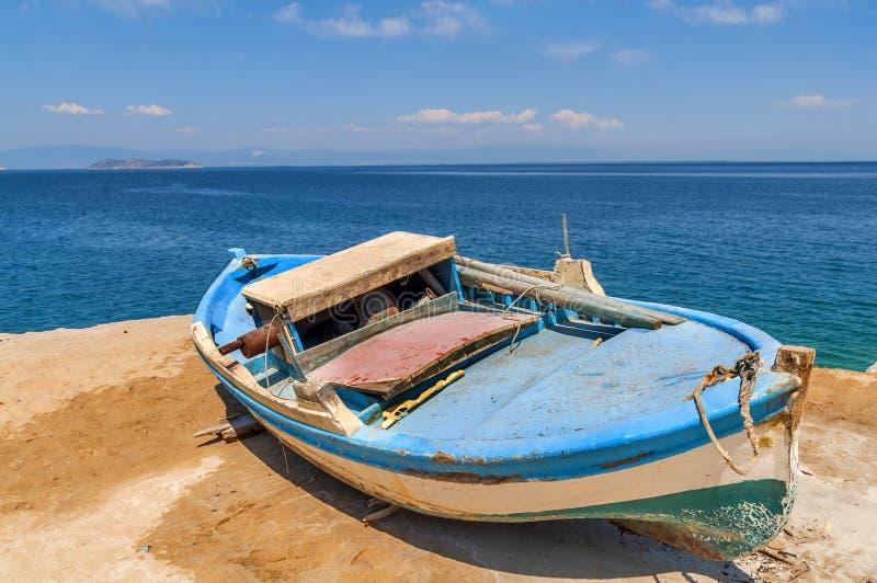 Vieux bateau de pêche minable en bois bleu photographie stock