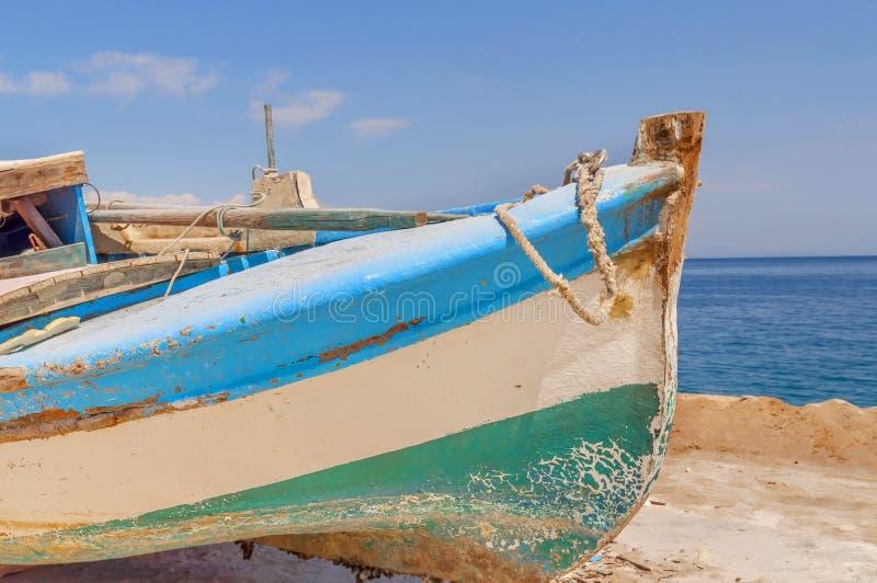 Vieux bateau de pêche minable en bois bleu photos libres de droits