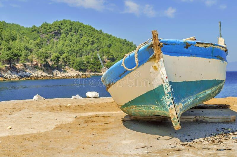 Vieux bateau de pêche minable en bois bleu image libre de droits