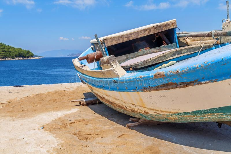 Vieux bateau de pêche minable en bois bleu images libres de droits