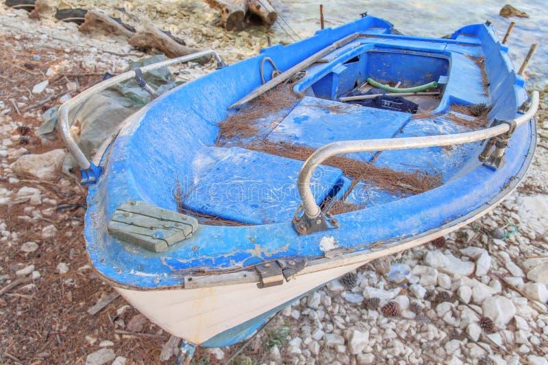 Vieux bateau de pêche minable en bois bleu photo stock