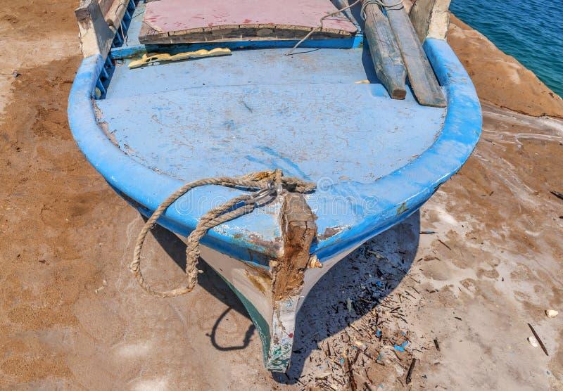 Vieux bateau de pêche minable en bois bleu photographie stock libre de droits