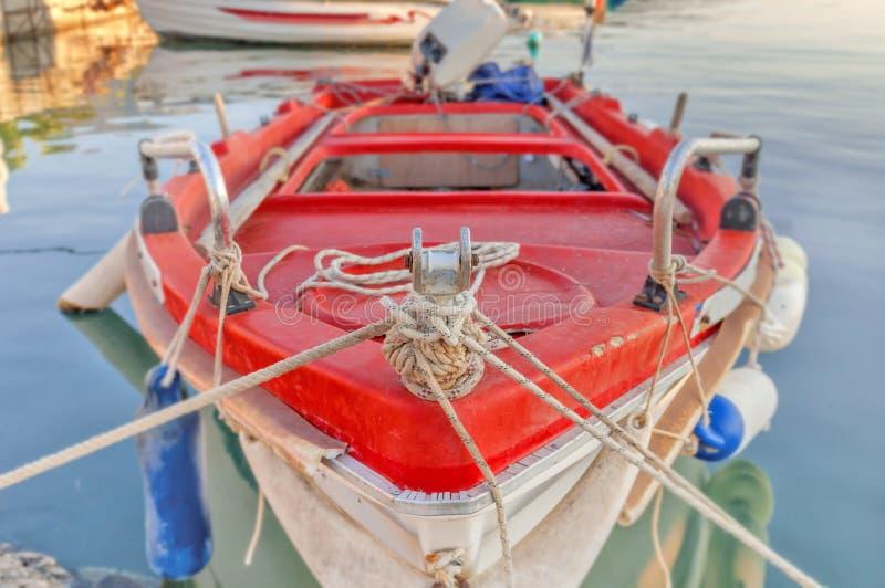 Vieux bateau de pêche minable en bois rouge image libre de droits