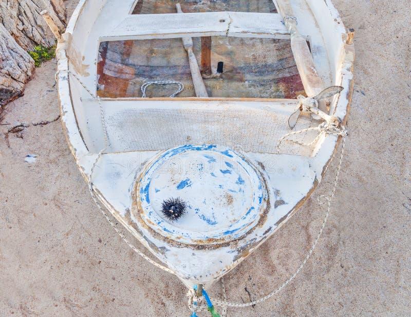 Vieux bateau de pêche minable en métal blanc images stock