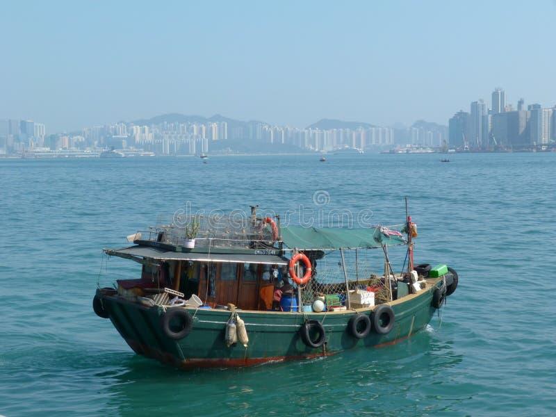 Vieux bateau de pêcheur avec l'au sol de dos d'édifice haut photo stock