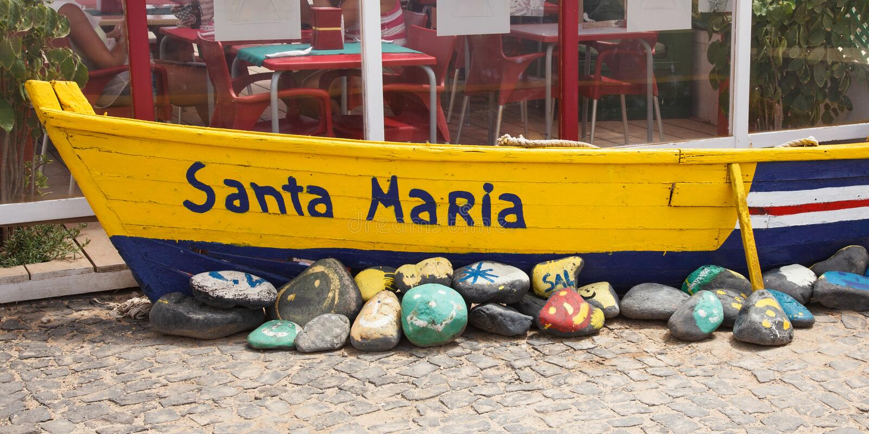 Vieux bateau de pêcheur en Santa Maria dans des îles de Cap Vert - Cabo Verd photographie stock libre de droits