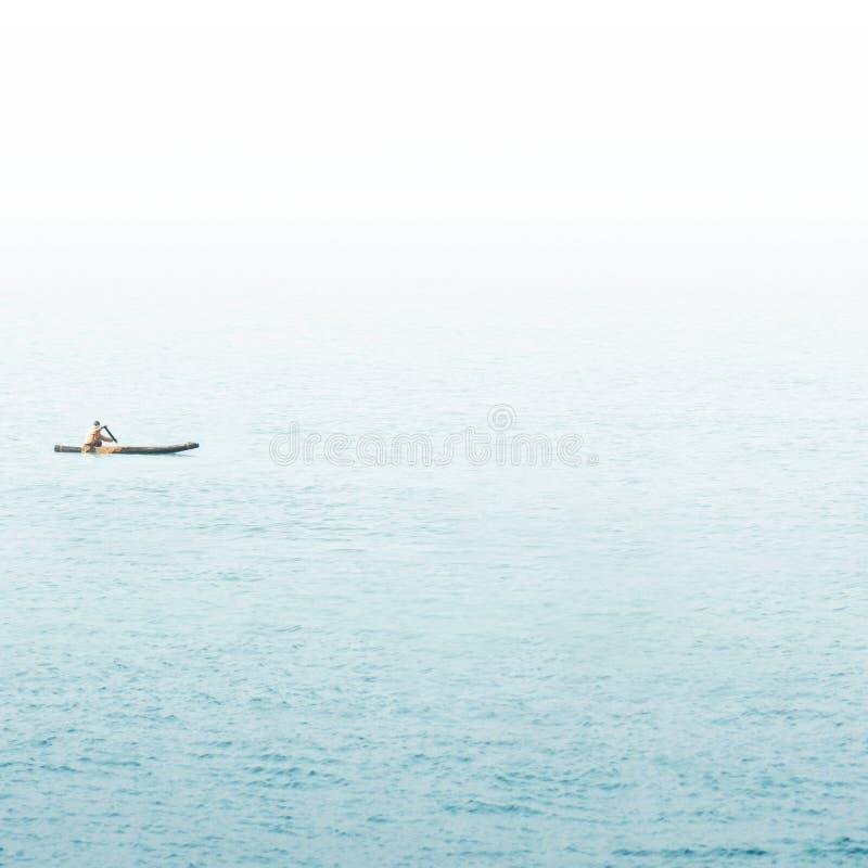 Vieux bateau de p?che sur la mer photos stock