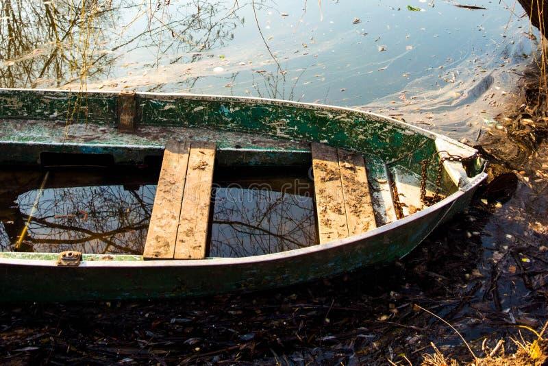 Vieux bateau de rang?e en bois sur l'eau photos libres de droits