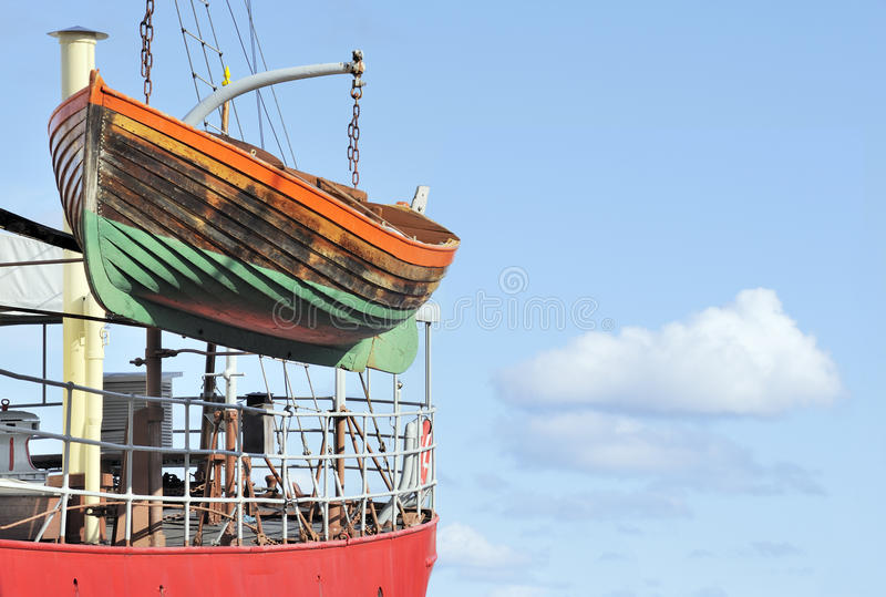 Vieux bateau de sauvetage en bois coloré image libre de droits