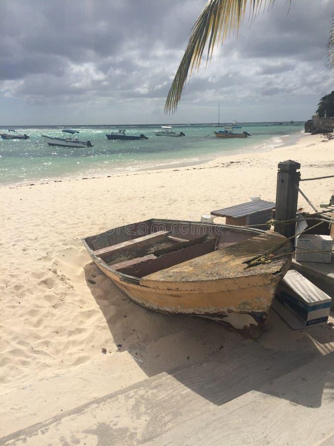 Vieux bateau de St Lawrence Gap Barbados attaché avec le ciel sombre photographie stock libre de droits