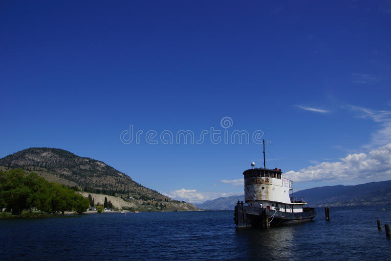 Vieux bateau de traction subite amarré sur le lac Okanagan image libre de droits