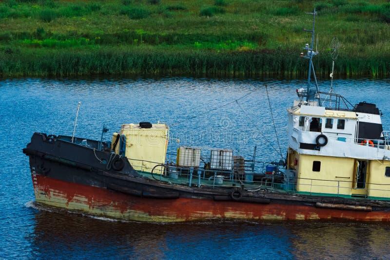 Vieux bateau de traction subite en cours photographie stock libre de droits