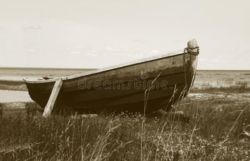 Vieux bateau en bois au sol image stock