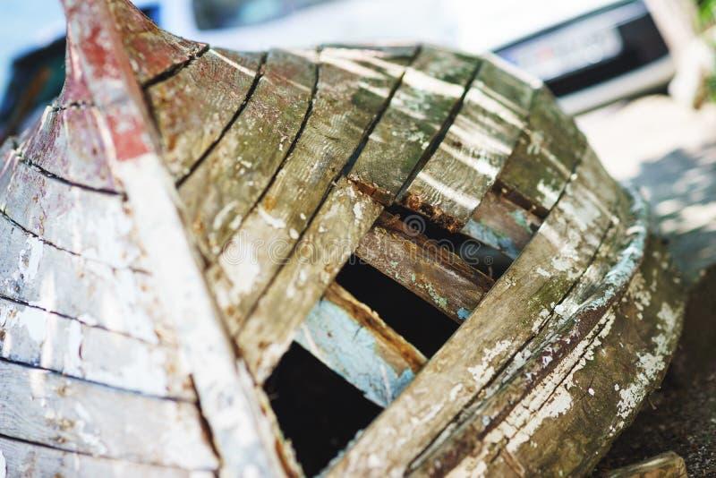 Vieux bateau en bois avec un trou sur le rivage Bateau de p?che antique fait en fin en bois  image libre de droits