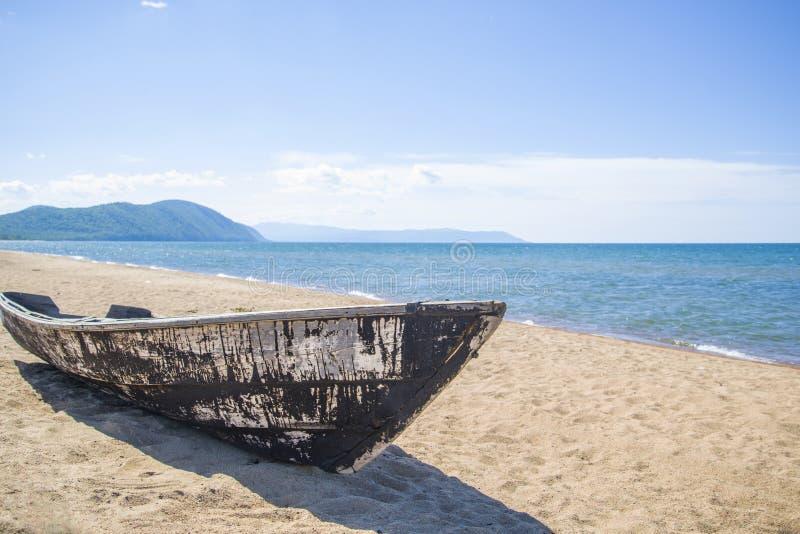 Vieux bateau en bois sur la plage photo libre de droits