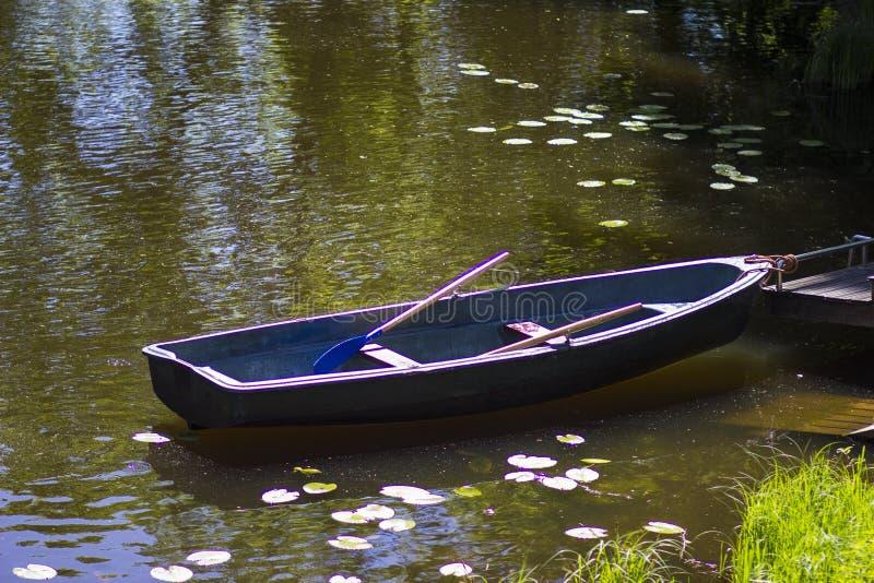 Vieux bateau par le lac photo stock